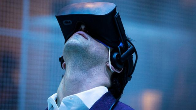 Hombre con gafas de realidad aumentada