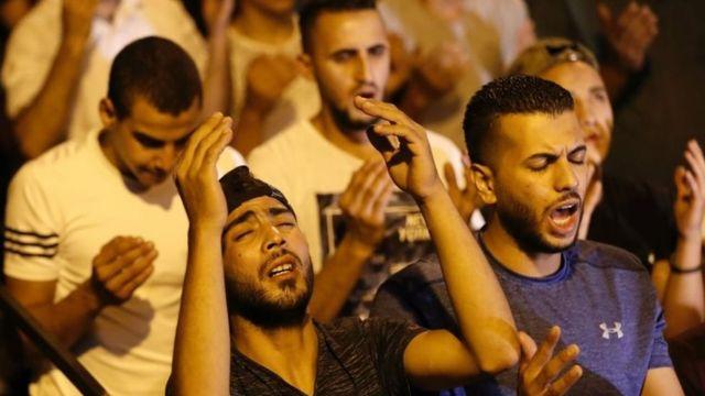 Mescid-i Aksa'nın girişinde dua eden Filistinliler