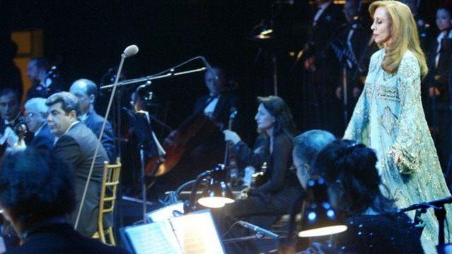 فيروز تغني على مسرح الأرينا بجامعة عمان الاهلية عام 2004