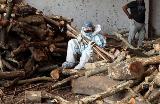 человек с дровами