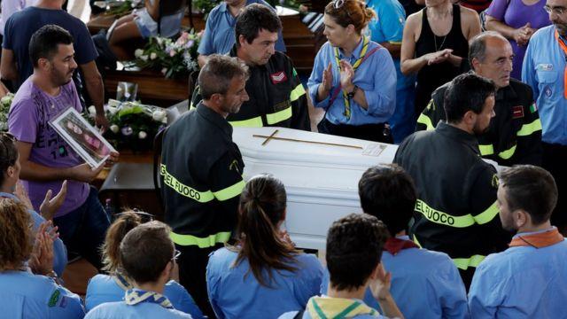 消防士たちがジュリアさんの棺を運び出した