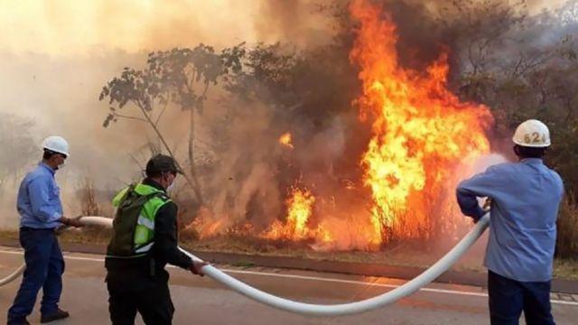 Bomberos luchando contra el fuego en Santa Cruz, Bolivia.