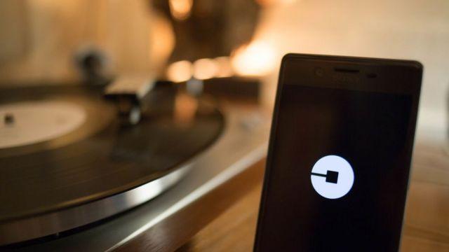 Celular con el logo de Uber.