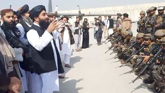 Zabihullah Mücahit havalimanında savaşçılarına seslenirken