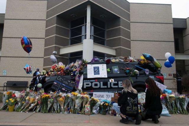 Полицейский стал одной из жертв стрелка в Колорадо. Люди приносят к зданию полиции цветы и воздушные шарики
