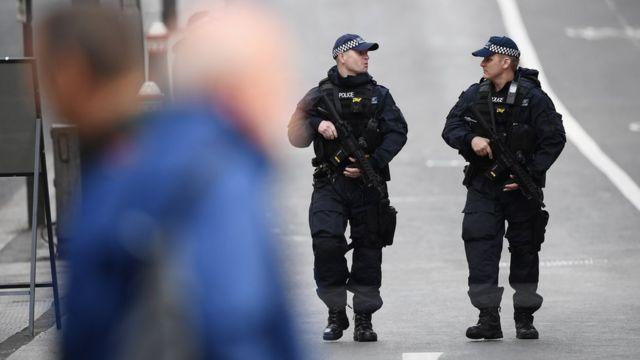 Policías armados alrededor del Puente de Londres