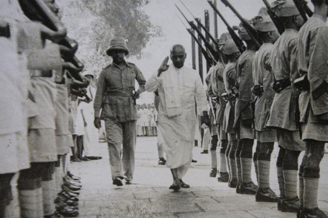 1948માં નાયબ વડાપ્રધાન તરીકે ગુજરાત આવેલા સરદાર પટેલ આણંદમાં પોલીસ સલામી લઈ રહ્યા છે