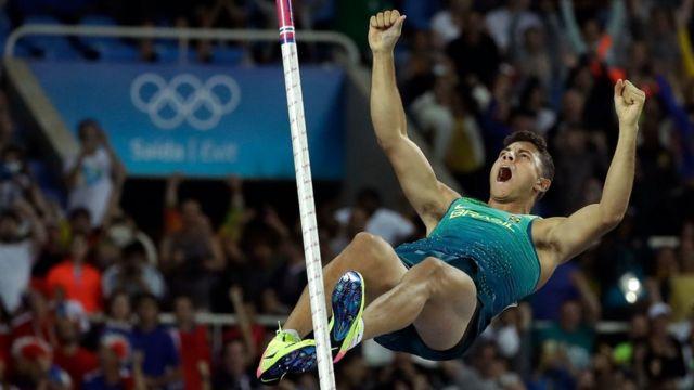 Celebrando em pleno ar: Thiago Braz vira 'heroi' nacional após ouro na Rio 2016