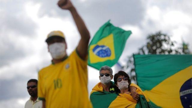 Pessoas com máscara em protesto