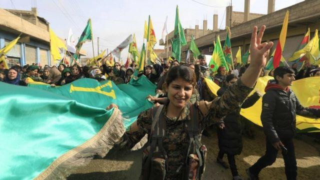 مقاتلون من وحدات حماية الشعب يتظاهرون في مدينة عامودا احتجاجا على الهجوم التركي على عفرين