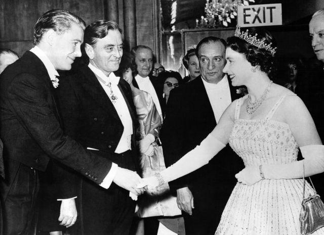 电影《沙漠枭雄》伦敦首映式上女王(右)与宾客握手(10/12/1962)
