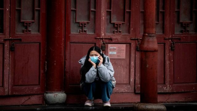 Mujer usa máscara protectora en Shanghái.