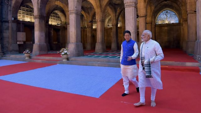นายกรัฐมนตรีอินเดียและญี่ปุ่นมีสายสัมพันธ์ที่แน่นแฟ้น ผู้เชี่ยวชาญต่างมองว่าความสัมพันธ์นี้เป็นการผนึกกำลังต่อต้านการที่จีนแผ่ขยายอิทธิพลในทวีปเอเชีย