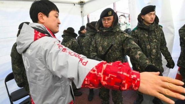 Олимпиаданын ачылышынын алдында стадиондордун коопсуздук кызматкерлери норуолк вирусуна кабылып, алардын ордуна армияны тартышты