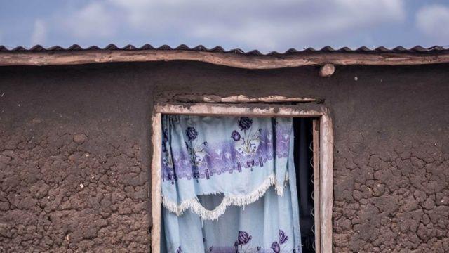 Kuća pripada Mališu Justinu i njegovoj porodici u Bibi bibi kampu