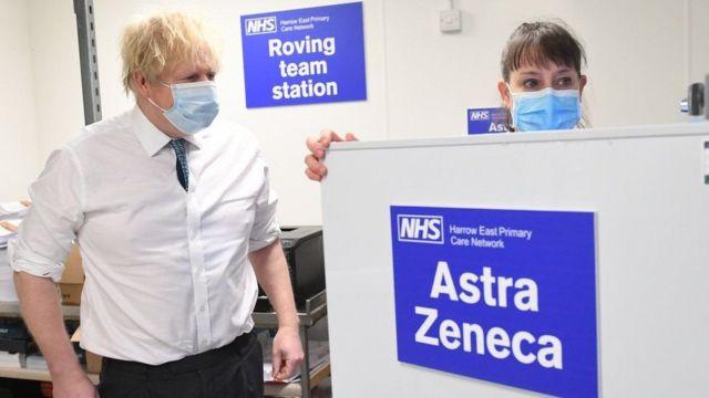 """Коронавирус в мире: Европа возобновляет прививки AstraZeneca, и почему вакцина помогает при """"долгом ковиде"""" - BBC News Русская служба"""
