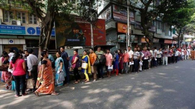 Người dân xếp hàng dài khắp nơi - trong ảnh là hàng dài trước cửa một nhà băng ở side a bank in Kolkata