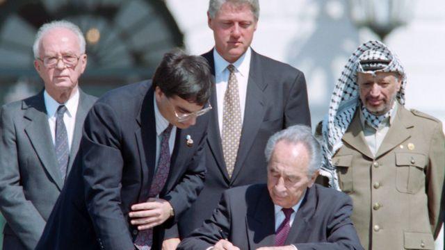 व्हाइट हाइस में अमरीकी राष्ट्रपति बिल क्लिंटन, मिस्र के हुस्नी मुबारक और जॉर्डन के शाह हुसैन इ