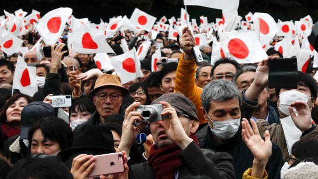 японці, що прийшли послухати імператора