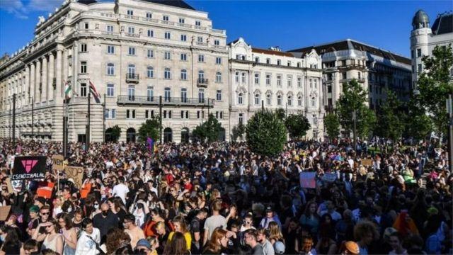 Yasa Budapeşte'de binlerce kişi tarafından protesto edildi.