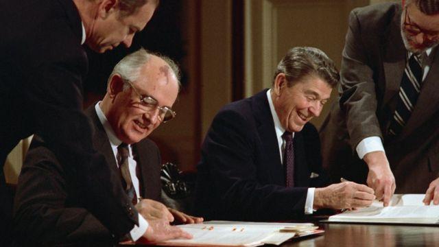 Mikhail Gorbachev y Ronald Reagan