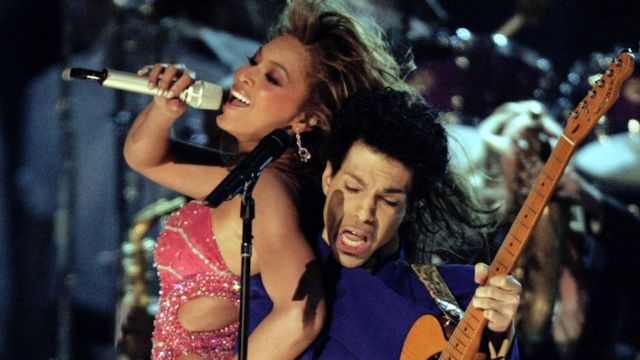 Singers Prince (R) and Beyonce perform during the 46th annual Grammy Awards in Los Angeles February 8, 2004.