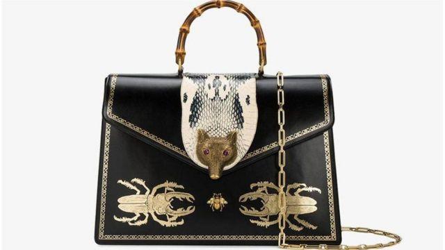设计师品牌至今仍常常借鉴自然界的动植物;如上图是时尚大牌古驰(Gucci)最近推出的一款手提包,上面饰有狐狸头扣搭与甲壳虫图案。