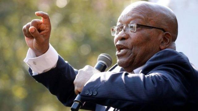 Jacob Zuma yaririmbanye n'abamushyigikiye ubwo ku wa gatanu yavaga mu cyumba cy'urukiko rwo mu mujyi wa Pietermaritzburg