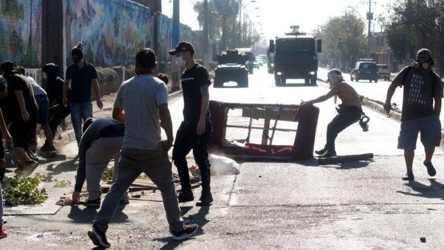 Manifestantes colocan objetos en mitad de una vía.
