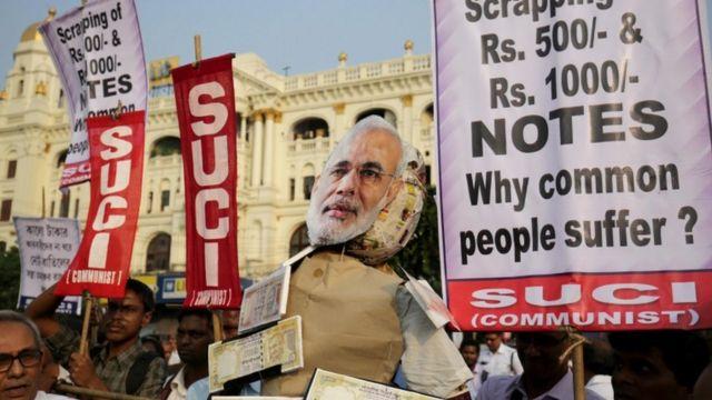 नोटबंदी के फ़ैसले के खिलाफ कोलकाता में प्रदर्शन करते कार्यकर्ता.