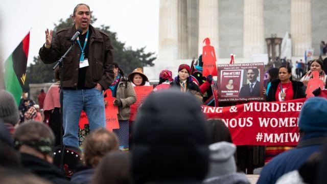 Mark Charles habla en una marcha de pueblos indígenas en Washington DC
