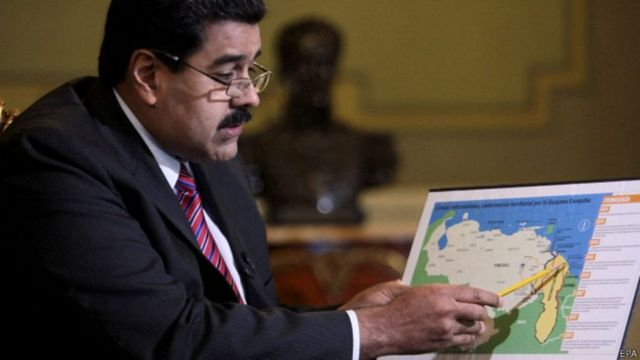 Nicolás Maduro con un mapa de la zona en reclamación.