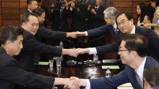 北朝鮮(左)と韓国の代表団が13日、南北軍事境界線上の板門店で南北高官協議を開き、南北首脳会談を9月中に平壌で行うことで合意した