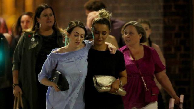 Manchester'da konser alanından çıkan genç kızlar görülüyor.