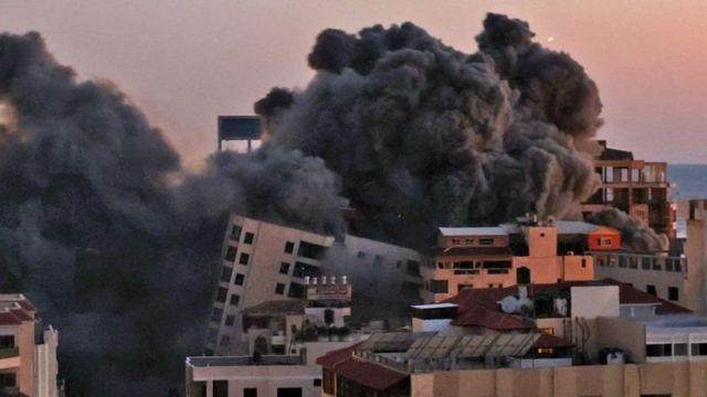 یک برج ۱۳ طبقه در نوار غزه در پی حملات هوایی اسرائیل فروریخت
