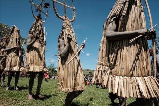 مراهقون يرتدون ملابس تقليدية، ويمشون باتجاه القائمين على الحفل لتلقي البركات
