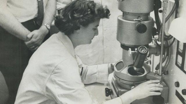 June Almeida con su microscopio electrónico en el Instituto del Cáncer de Ontario en 1963.