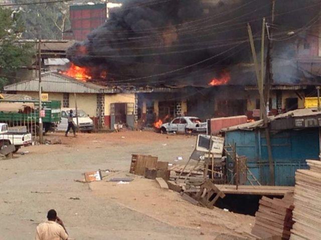 Des témoins affirment que six civils, dont un étudiant de l'université, et quatre policiers étaient tués durant les manifestations