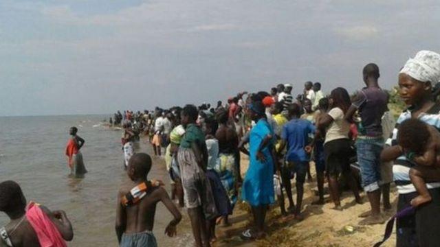 تجمع بعض السكان قرب بحيرة البرت خلال جهود الإنقاذ