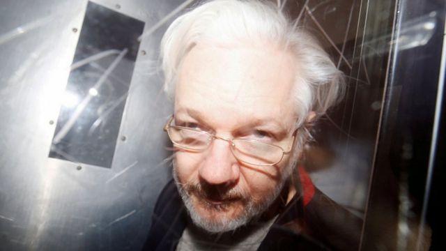 Основателя WikiLeaks Джулиана Ассанжа лишили гражданства Эквадора
