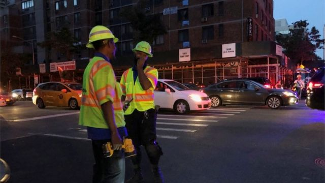 Инженеры Con Edison работают над восстановлением подачи электричества