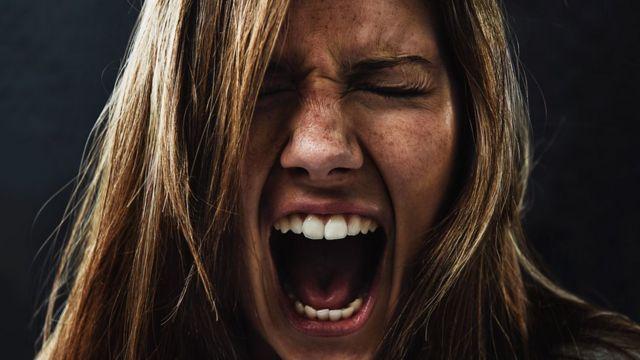 Mujer gritando