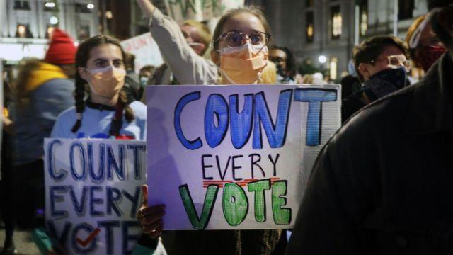 Protestas en Filadelfia en demanda de que se cuenten todos los votos en las elecciones de Estados Unidos.