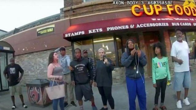 Darnella Frazier, Floyd'un tutuklanmasını izleyen bir grup insanla fotoğraflandı