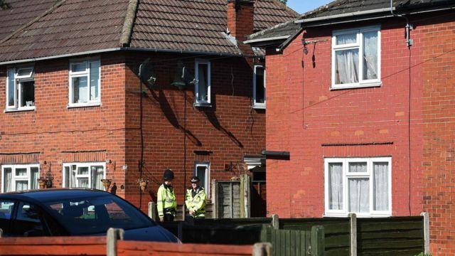 İngiliz polisi, ailenin daha önce yaşadığı Fallowfield'deki evde arama yapıyor.