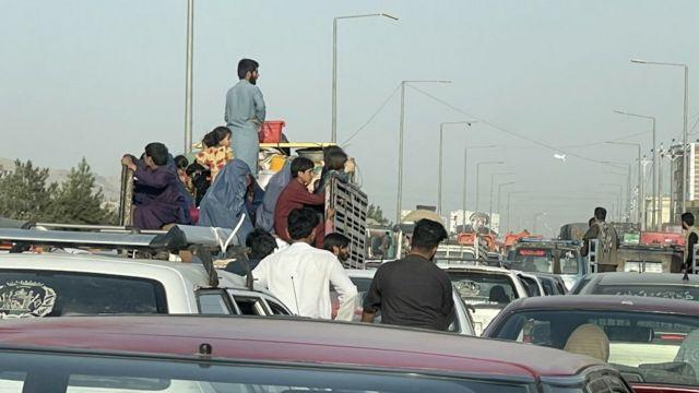Trânsito em Cabul; famílias tentam fugir