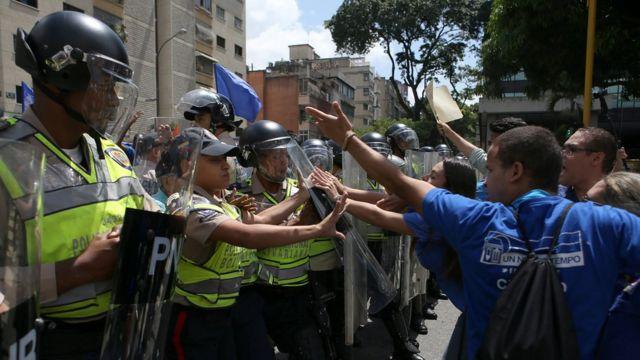 Manifestantes frente a la policía