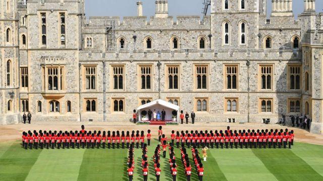 Nữ hoàng Elizabeth Đệ nhị, Tổng thống Donald Trump và Đệ nhất Phu nhân Melania Trump trên khán đài đối diện đội hình vệ binh danh dự trong lễ đón ông bà Trump tại Lâu đài Windsor trong ngày thăm thứ hai của ông Trump tại Anh quốc.