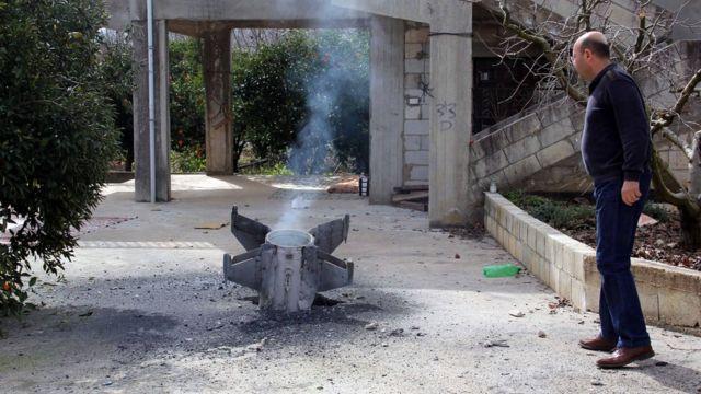 بقایای موشکی که امروز دهم فوریه در جنوب لبنان در نزدیکی مرز سوریه افتاده است