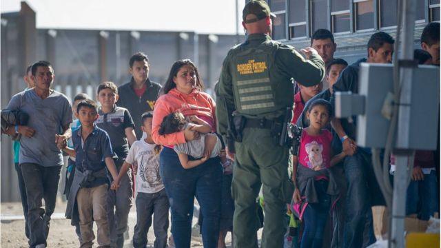 Migrantes cruzando desde México
